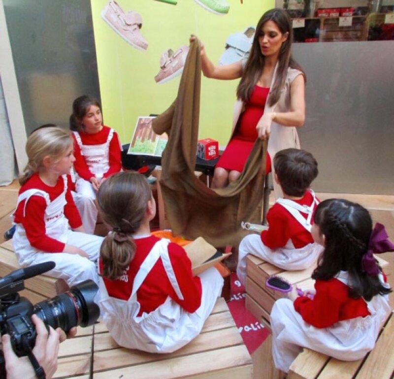 Antes de recibir a su segundo hijo, Sara pasa tiempo con niños de la localidad de Oporto.