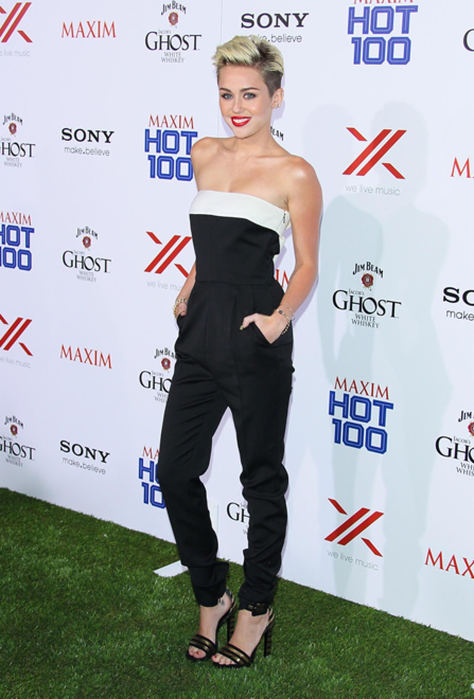A pesar de sufrir un `desastre de maquillaje´, el outfit de la cantante nos encanta: un jumpsuit strapless de Valentino y sandalias `Paloma´ de Saint Laurent.