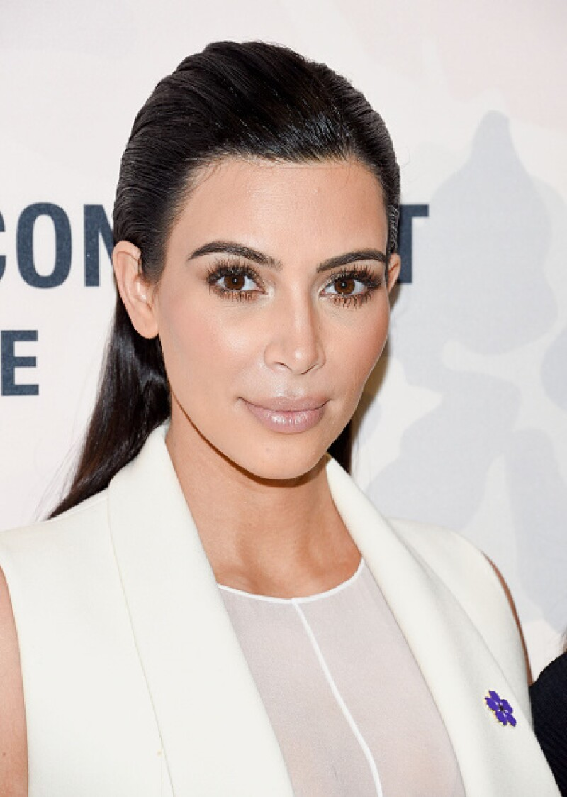 Para el lanzamiento en Nueva York de ´Variety Power of Women´, Kim Kardashian optó por un sleek back hairstyle. Las pestañas extra largas hicieron que la atención fuera directamente a sus ojos, llevando el resto de la cara en tonos nude.