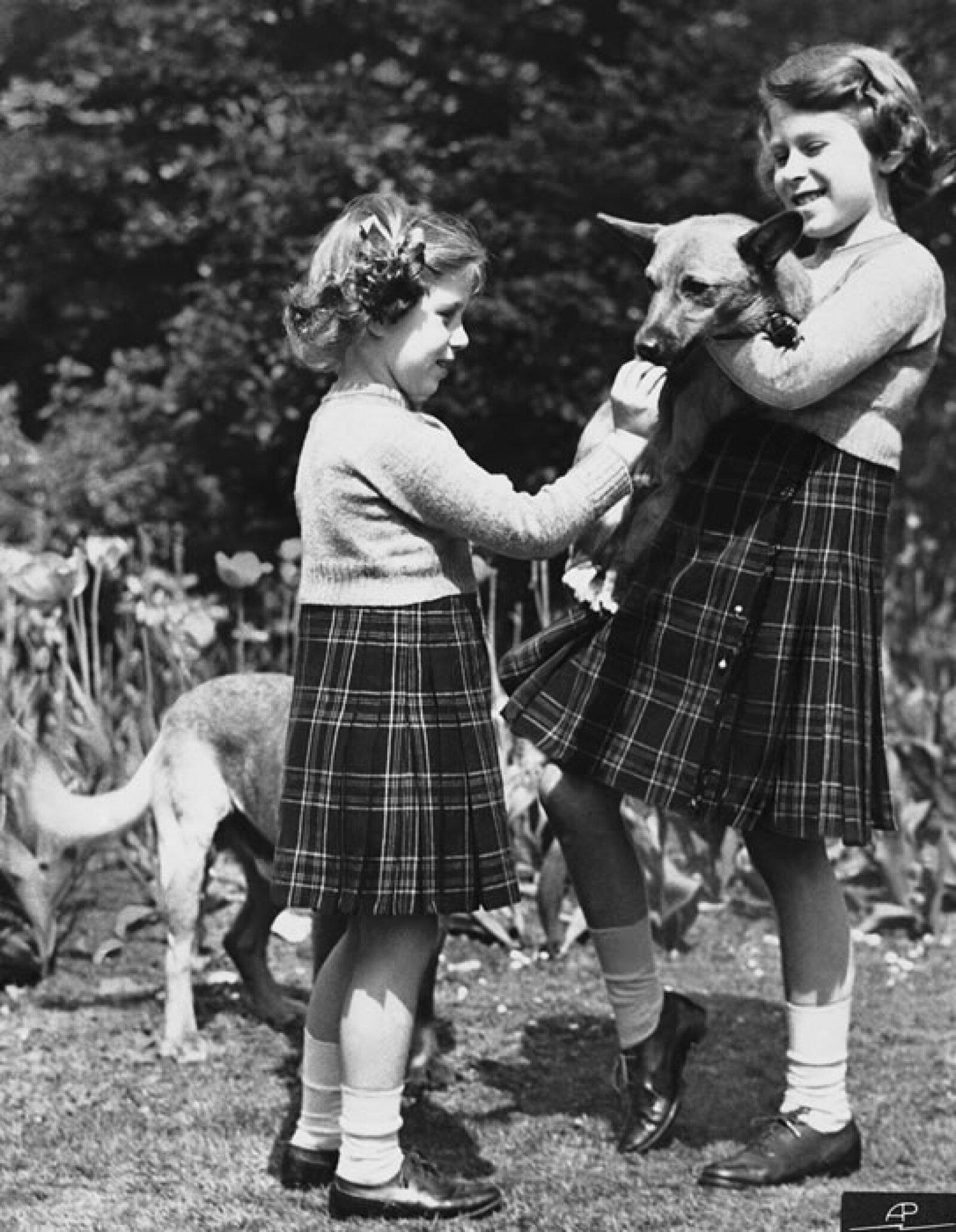 La afición por los Corgis nació desde pequeña. Aquí con su hermana Margaret.