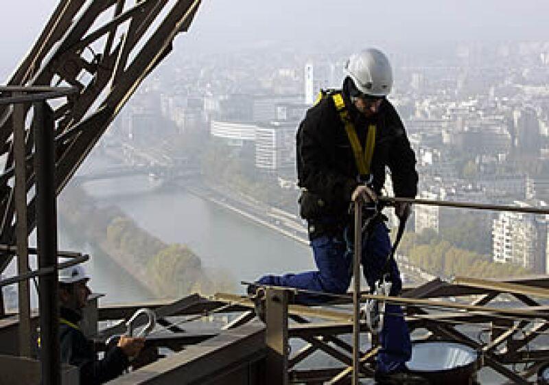 Los electricistas que reparan la Torre Eiffel recibieron entrenamiento de alpinismo y rappel. (Foto: AP)