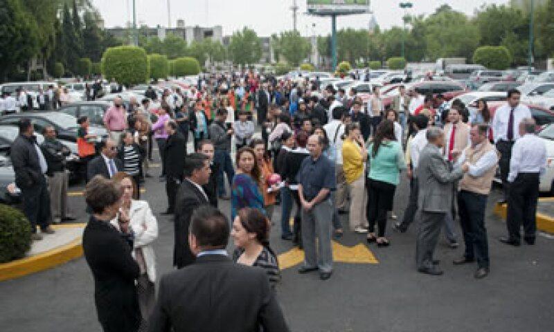 Decenas de capitalinos salieron de sus casas y trabajos luego de que sonara la alerta. (Foto: Cuartoscuro)