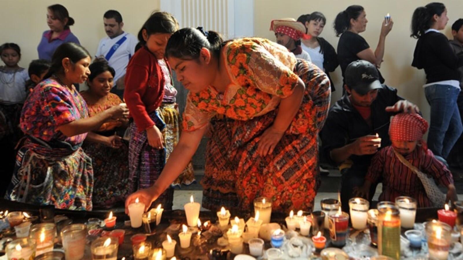mujer enciende velas