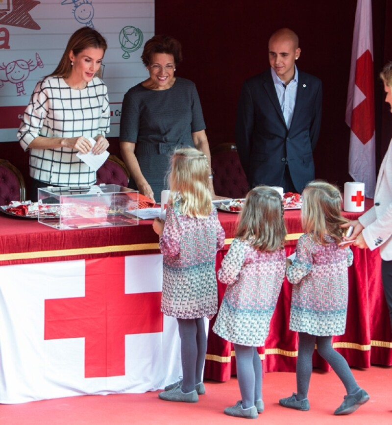 El momento en que Nuria, Inés y Lola hicieron su donativo a la Cruz Roja.