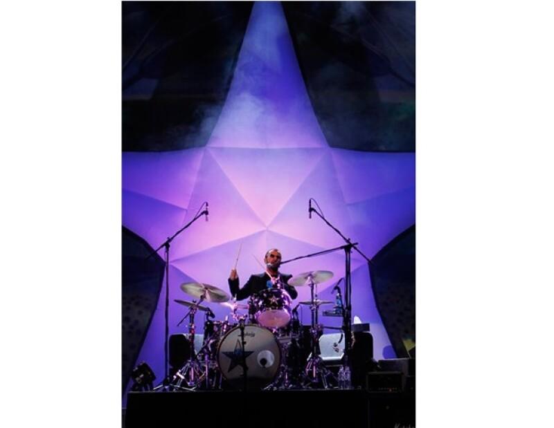 El ex Beatle deleitó a más de 10 mil personas congregadas la noche de ayer en el Auditorio Nacional, con sus más grandes éxitos.