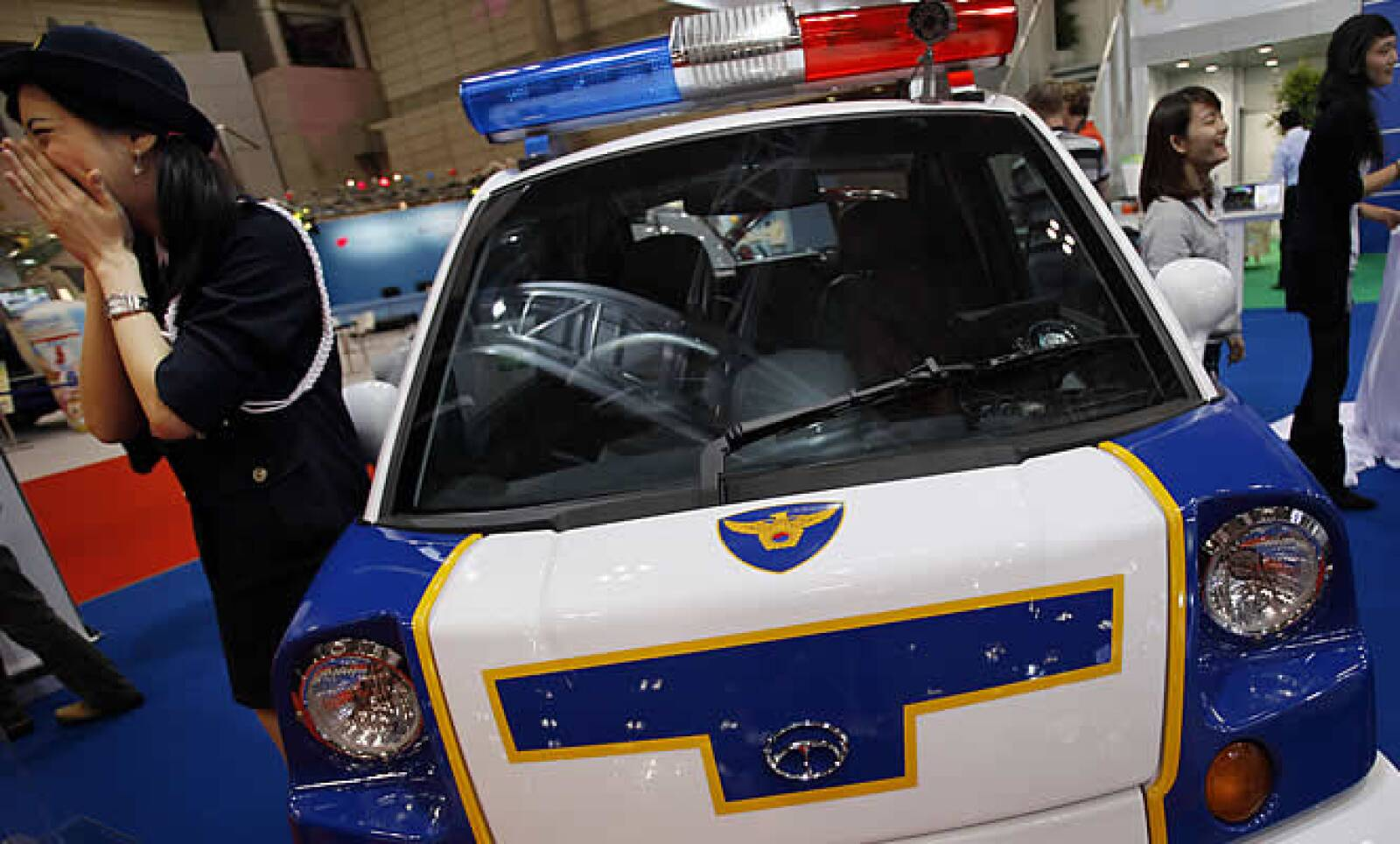 En un futuro la policía japonesa se trasladará en autos eléctricos como el que se muestra en la foto.