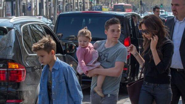 Romeo acompañado de su hermano mayor Brooklyn, cargando a la pequeña Harper y su mamá Victoria.