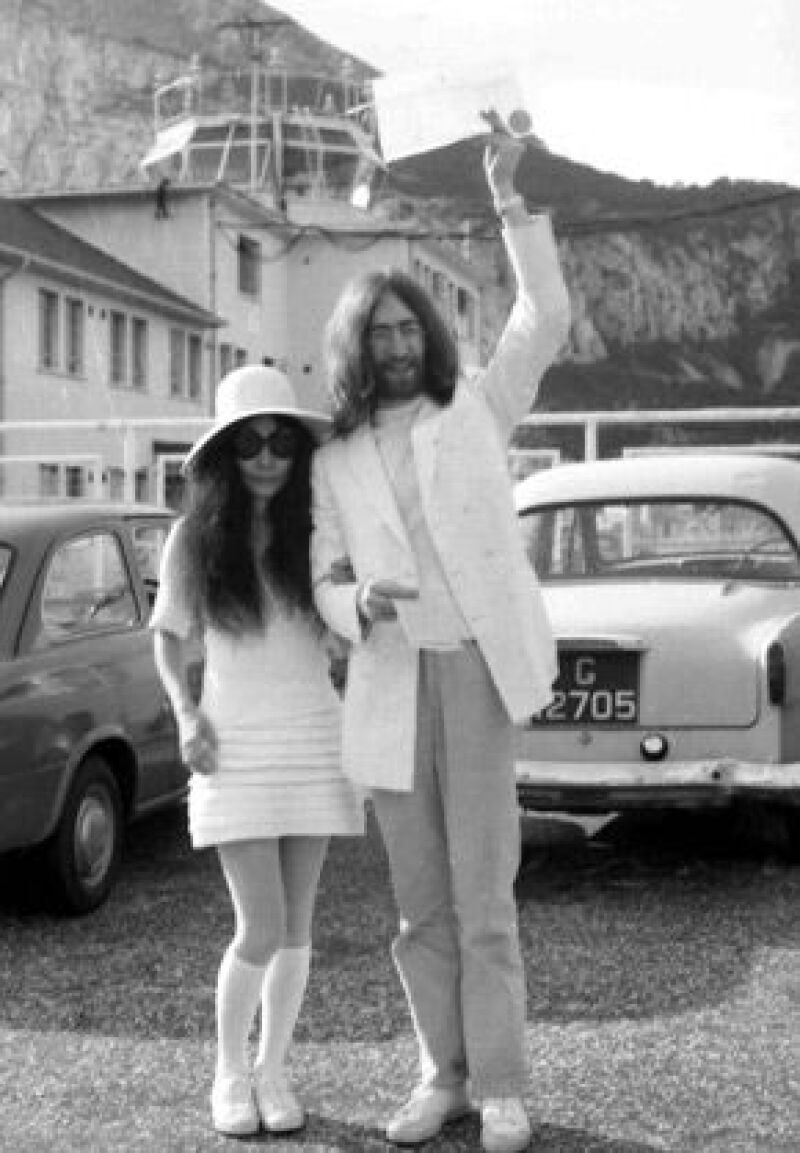 John Lennon muestra orgulloso su certificado matrimonial tras casarse con Yoko Ono, en 1969.