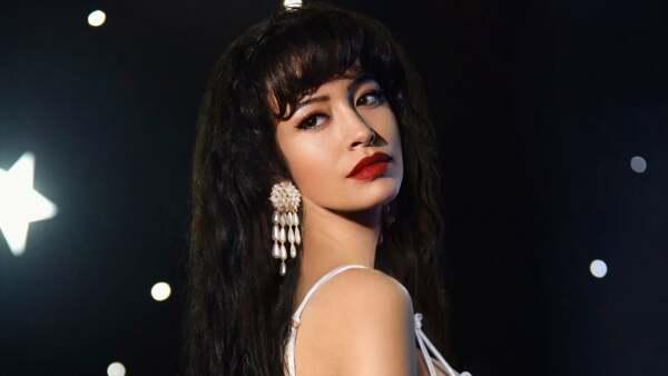 Christian Serratos como Selena Quintanilla.