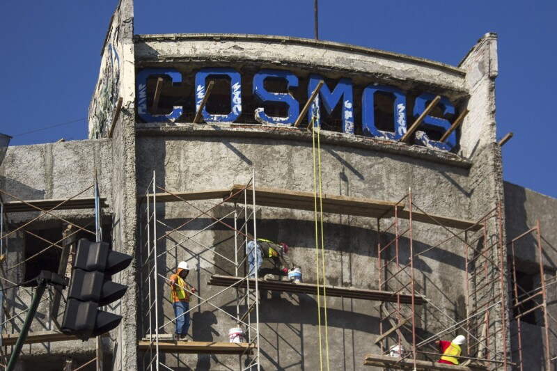 MÉXICO, D.F., 25MAYO2015.- Continuan los trabajos de remodelación del Cine Cosmos el cual fue construido en 1948 en la esquina de avenida México- Tacuba y Circuito Interior, que está en ruinas desde hace 18 años. Se convertirá en un centro comunitar