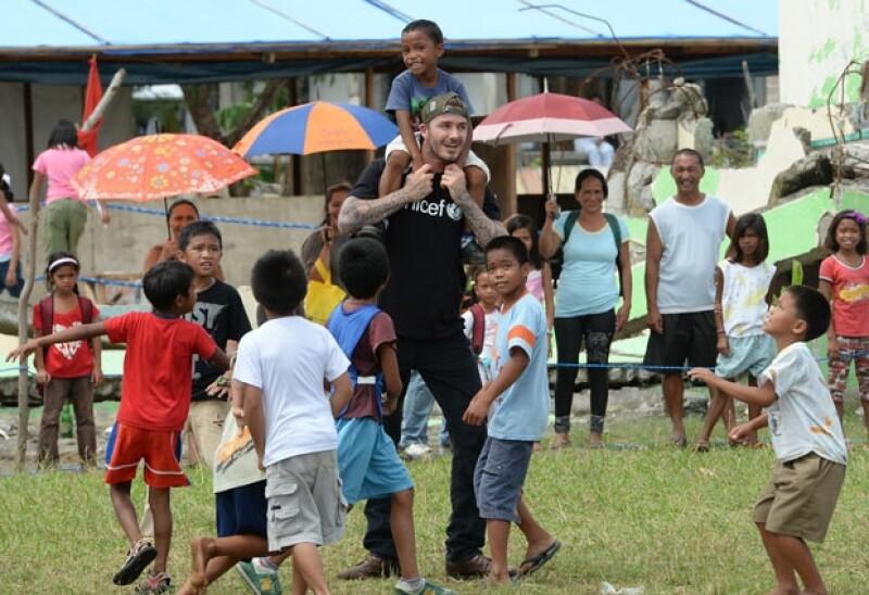 David viajó recientemente como embajador de Unicef a Filipinas para convivir con niños de bajos recursos con quienes jugó.