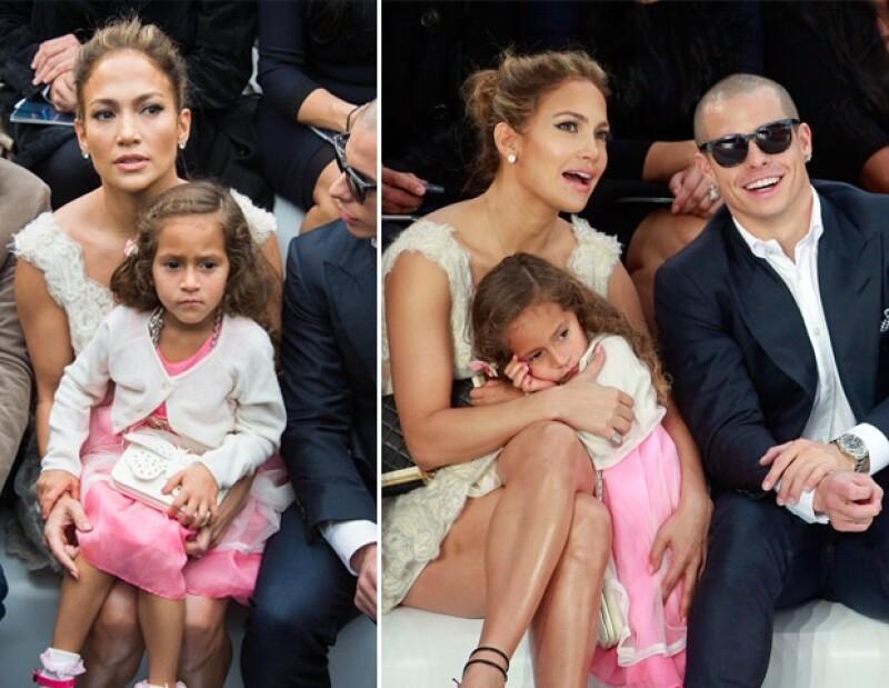 La cantante acudió a la pasarela de Chanel con su hija, quien se aburrió.
