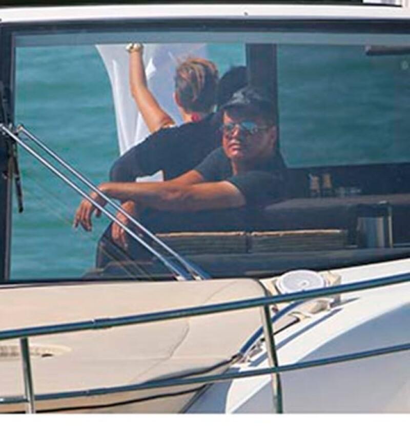 El cantante mexicano fue visto tomando el sol y bebiendo champaña junto a un pequeño grupo de amigos en Miami.