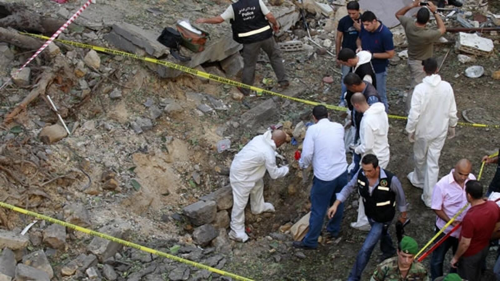 Rescatistas trabajan tras una explosión
