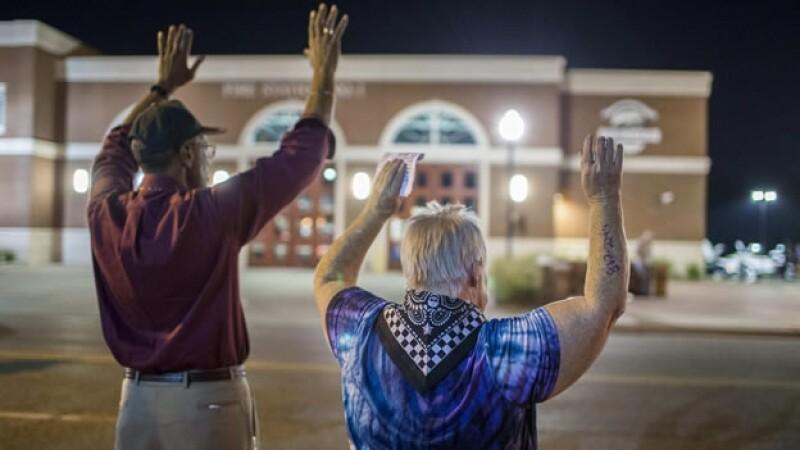 Dos de los manifestantes frente al Departamento de Policía de Ferguson, Missouri