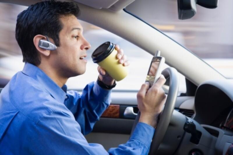 Usar la voz para elaborar mensajes de texto distrae más que escuchar los mensajes de voz. (Foto: Getty Images)