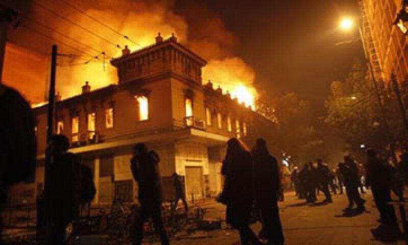 La aprobación del paquete de austeridad generó fuertes protestas entre la sociedad griega. (Foto: AP)