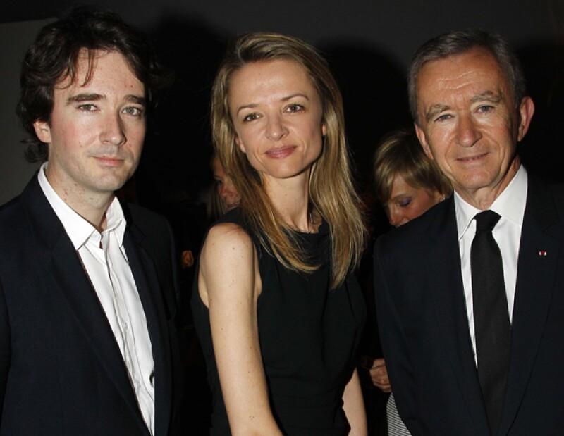 Bernard Arnault, CEO de LVMH, con sus hijos Delphine y Antoine, quienes están muy presentes en el negocio familiar