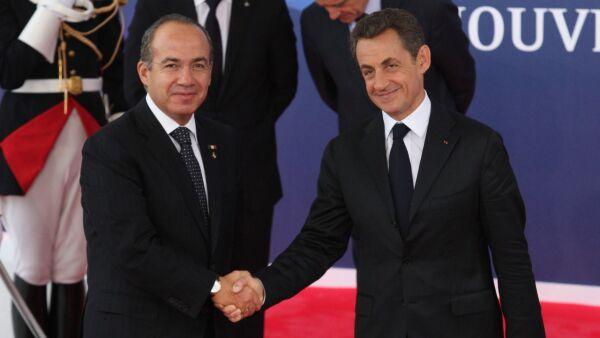 CANNES, FRANCIA, 03NOVIEMBRE2011.- Felipe Calderón Hinojosa, presidente de México, es recibido por su homólogo francés, Nicolas Sarkozy, durante su llegada al almuerzo de trabajo al inicio de la cumbre de líderes del G20, en el palacio de los Festivales en Cannes. FOTO: ALFREDO GUERRERO/CUARTOSCURO.COM