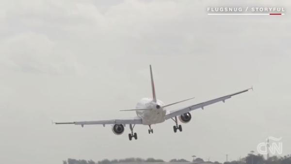 Fuertes vientos le complican el aterrizaje a este avión de Air France