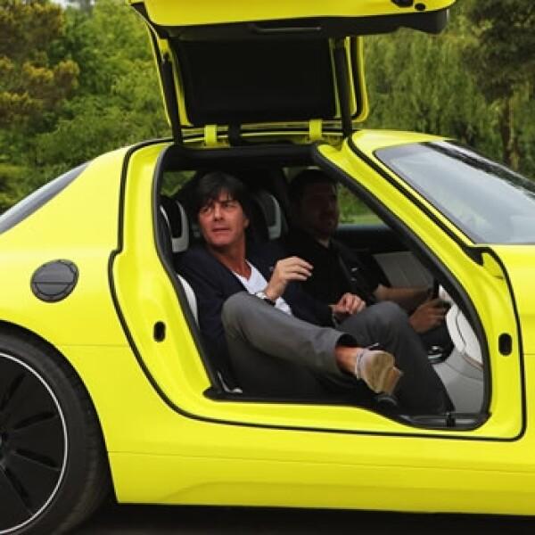 director tecnico aleman en su auto