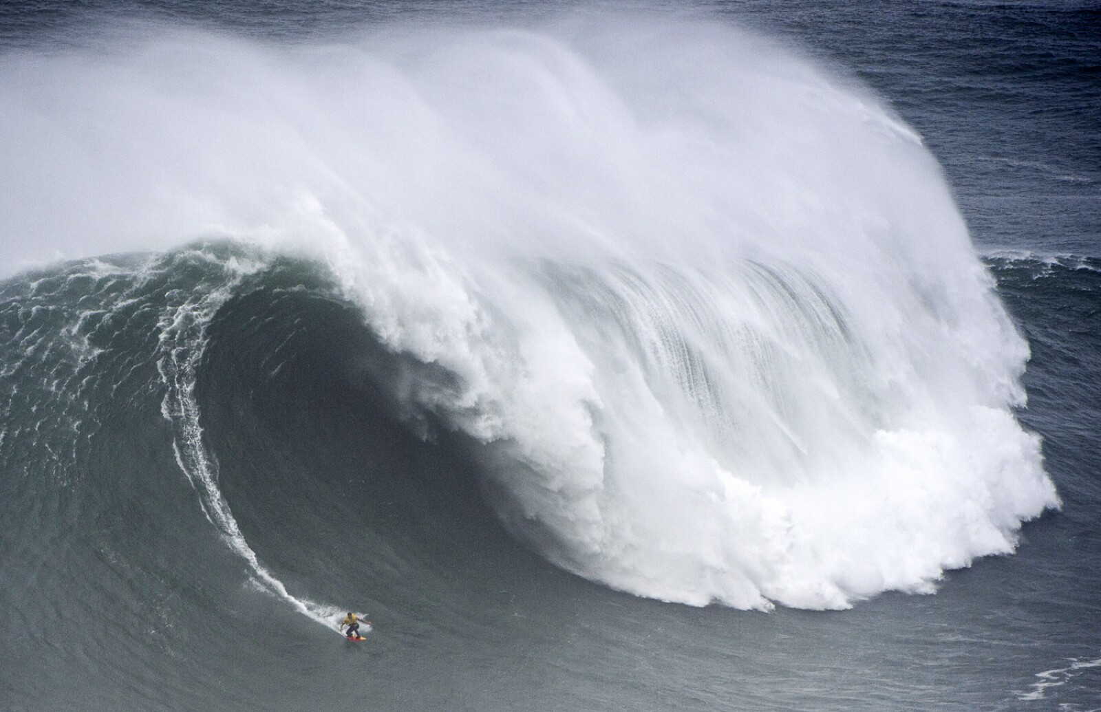 SURFING-POR-BIG WAVE-CHALLENGE