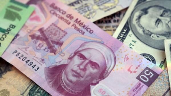 En ventanilla, el tipo de cambio se ubica en 13.38 pesos a la venta. (Foto: Getty Images)
