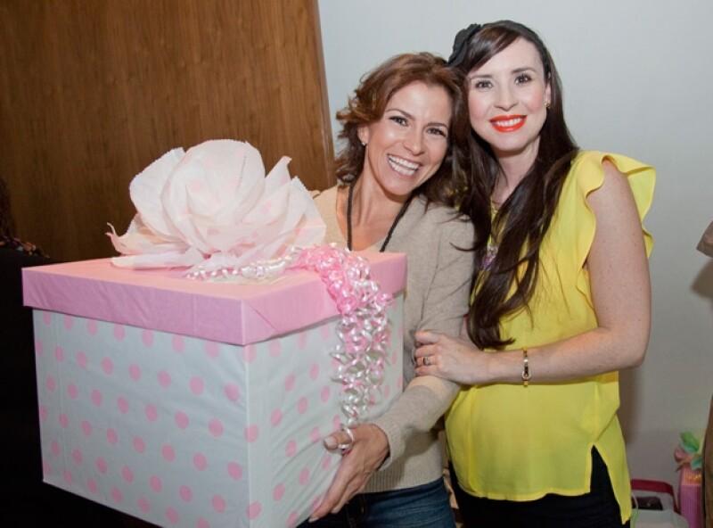 Andrea recibiendo el regalo de Alessandra Rosaldo.