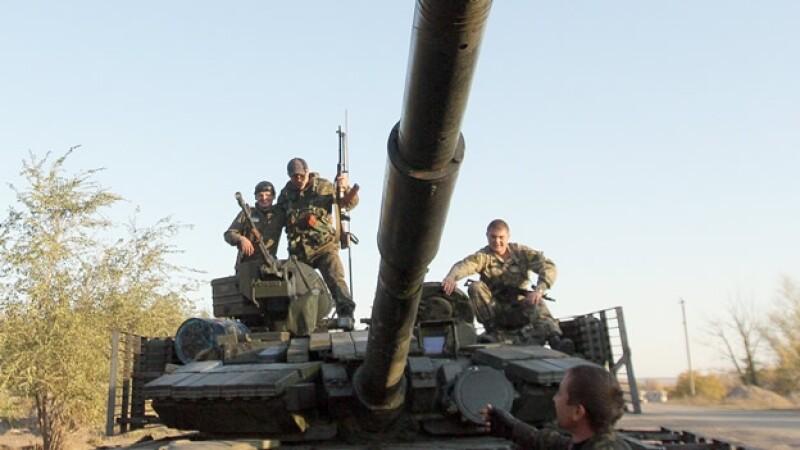 Elementos del ejército de Ucrania en Schastya toman un descanso, en medio de tensiones en la frontera con Rusia