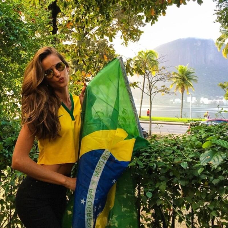 Izabel Goulart posó muy sexy con la playera de Brasil.