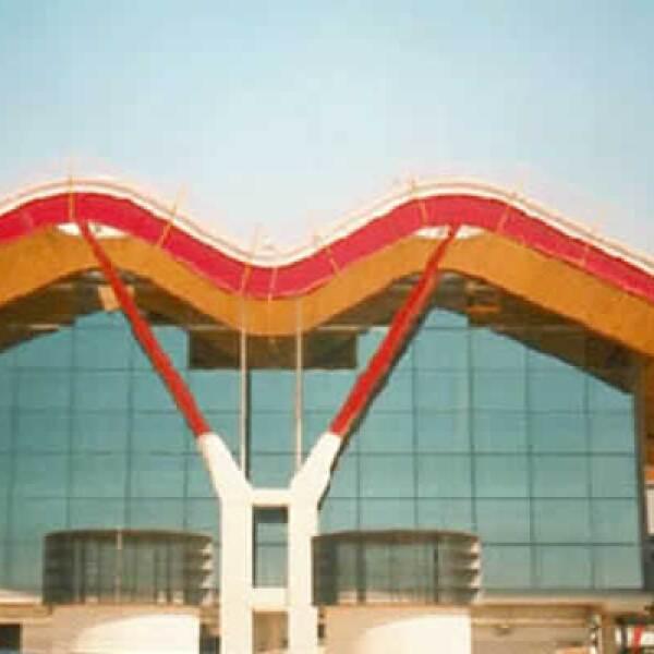 La nueva Terminal del Aeropuerto de Madrid-Barajas fue construida bajo el liderazgo de los arquitectos: Richard Rogers - Antonio Lamela. Vitro utilizó el tipo de vidrio Isolar Solarlux Supernatural 68/34 con Akustex.