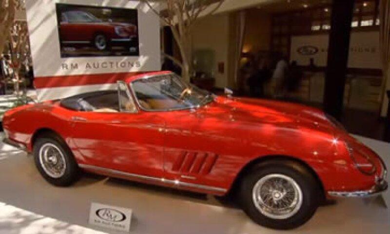 Este Ferrari 275 GTB/4 NART Spider, impulsado por un motor V12 con 300 caballos de fuerza, es uno de los diez fabricados de su tipo. (Foto: Especial)