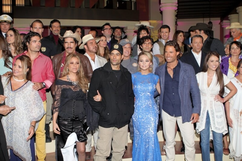 """El elenco de la telenovela """"Lo que la vida me robó""""."""