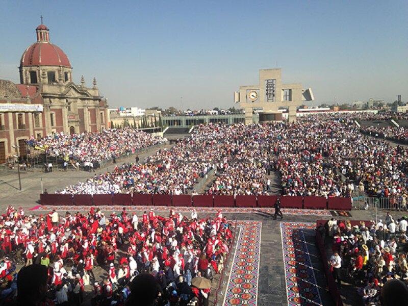 La explanada de la Basílica se llenó con miles de fieles.