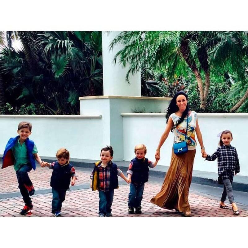 En una foto que publicó la conductora, sus admiradores reconocieron su ardua labor como madre, al hacerse cargo de sus cuatro pequeñosy el hijo de su novio.