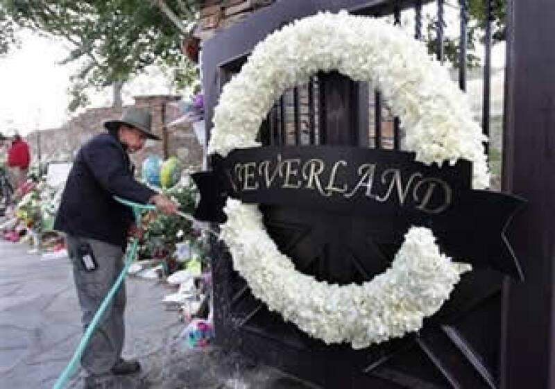 Tras la muerte de Michael Jackson, sus seguidores acudieron masivamente a su parque de diversiones (Foto: AP)