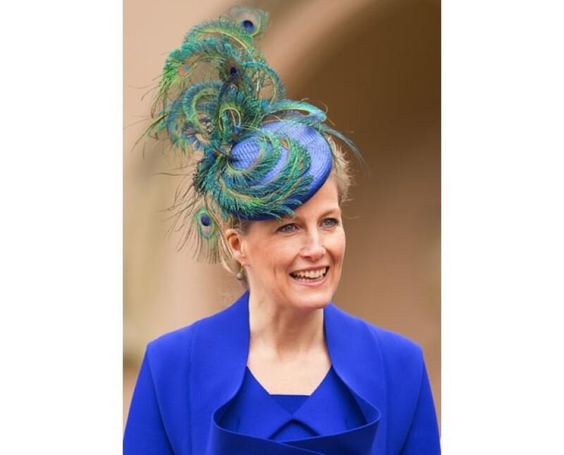 Sophie, condesa de Wessex, lució un traje azul eléctrico con este lindo sombrero que la hicieron lucir espectacular.