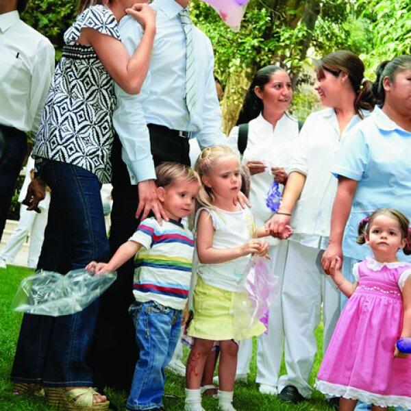Sus papás la consienten mucho a ella y a su hermanito, acompañándolos a las mejores fiestas desde bebés.