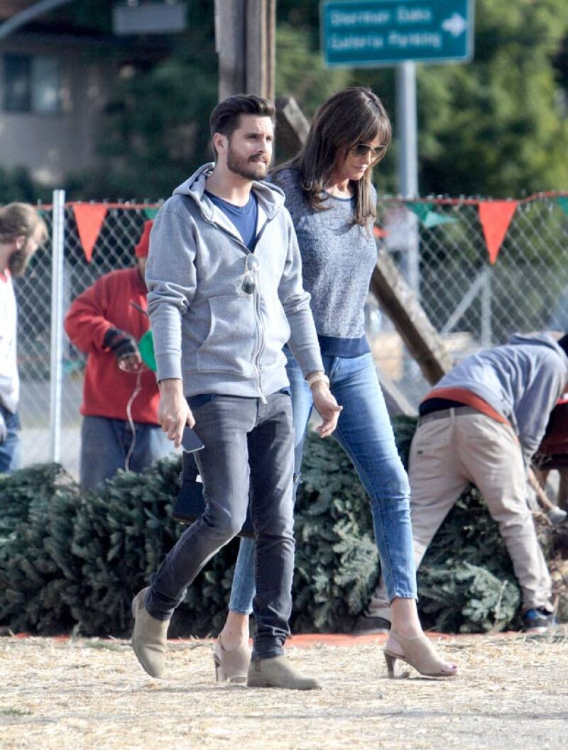 Las estrellas de reality fueron captadas comprando el árbol de Navidad juntos en Clabasas, California.