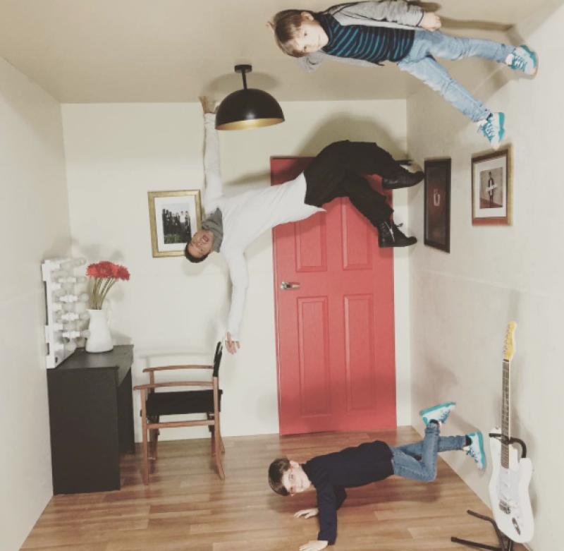 Ricky y sus gemelos desafían la gravedad.