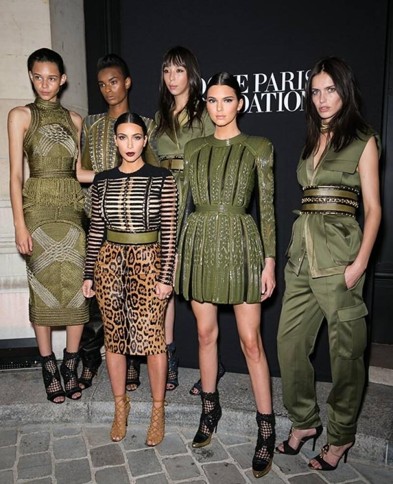 Las populares hermanas compartieron los reflectores luciendo diseños de la prestigiada marca en un evento de Paris Fashion Week.