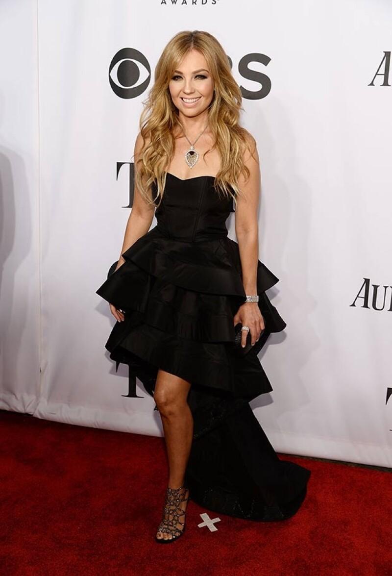 La mexicana robó las miradas en Nueva York con un vestido strapless negro que favoreció su delgada figura y dejó al descubierto sus sexys piernas.