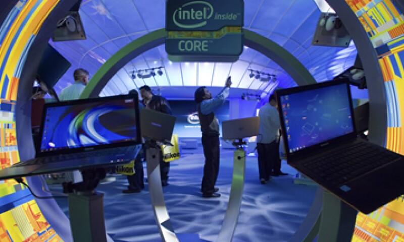 Intel calcula que para el tercer trimestre sus ingresos sean por 14,300 millones de dólares. (Foto: Reuters)
