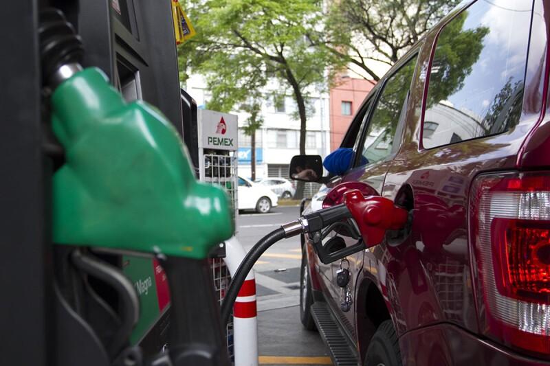 La carga de impuestos encarece el precio del combustible