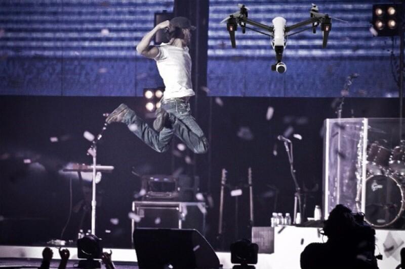 El cantante compartió esta divertida imagen en la que aparece saltando para golpear a un dron, después de que uno le cortara los dedos en un concierto.