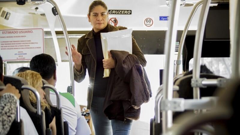 Una mujer aborda una unidad del transporte público de la Ciudad de México, el segundo más ?inseguro? en el mundo, según una encuesta