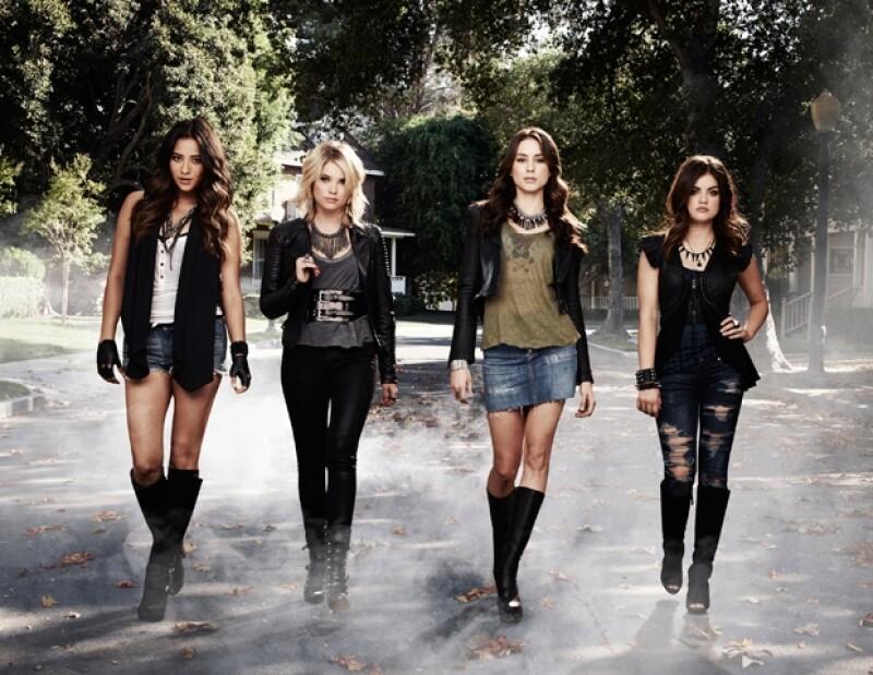 De izquierda a derecha: Emily Fields(Shay Mitchell), Hanna Marin (Ashley Benson), Spencer Hastings (Troian Bellisario) y Aria Montgomery (Lucy Hale).