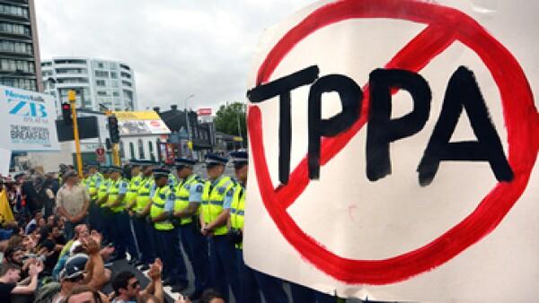 Más de 1,000 opositores al TPP se manifestaron en Auckland, donde se firmó el acuerdo.(Foto: Reuters)