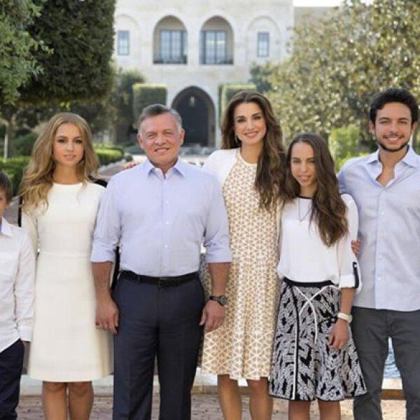 Rania de Jordania y su esposo, el rey Abdullah, acompañados de sus hijos, el príncipe heredero Hussein, las princesas Iman y Salma y el menor, Hashem.