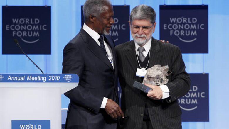 Ante los problemas de salud del presidente de Brasil, Luiz Inacio Lula Da Silva, su canciller y representante en el extranjero, Celso Amorim, recibió el premio de liderazgo global a manos del secretario de la Organización de Naciones Unidas, Kofi Annan.